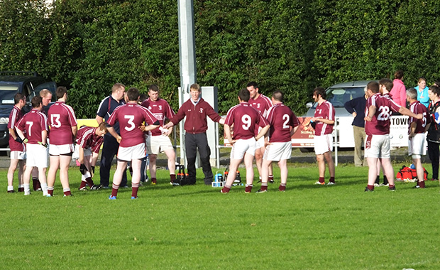 Eoin O'Neill speaks with the team at half time